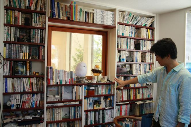 壁を本棚で埋め尽くして、家を図書室にする