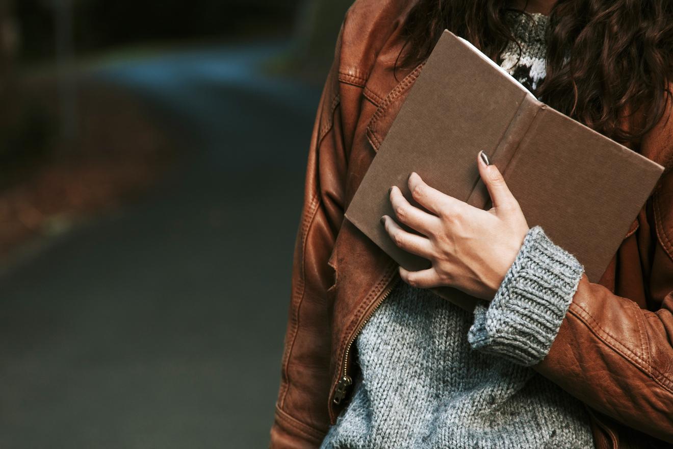 女性作家のエッセイ集おすすめ5選!移動時間でも読める短編作品