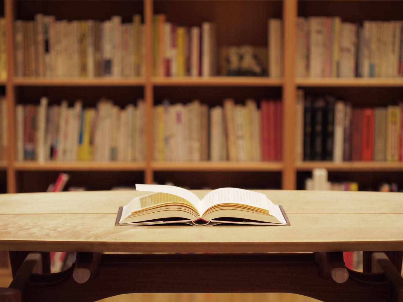 草間彌生のおすすめ作品5選!芸術の世界を文章で感じる本たち